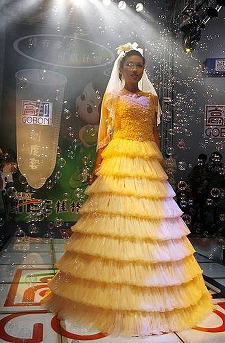 12 of the Most Bizarre Wedding Dresses - funny wedding dresses ...